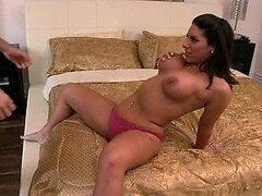 Preciosa morocha Bella Reese es follada fuerte en un caliente video POV