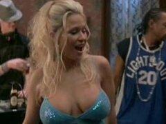 Desnudas celebridades Heidi Hawking bailando topless en un partido