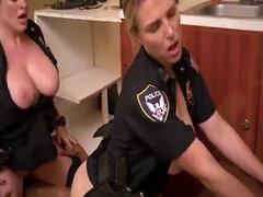 Dos policías MILF tetonas atrapada y follan de un tio negro con una polla dura