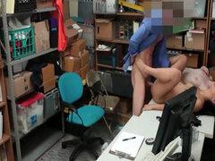 Dos ladrones muy atrapada y follada por un empleado de la tienda