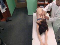 Adolescente tiene masaje y gran polla en la oficina