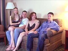 Pareja swinger invita a sus vecinos sobre un cuarteto de kinky