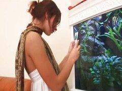 brunett sexy desnuda en el acuario
