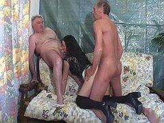 Pervertidos Senior tienen un trío con un adolescente morena rizado