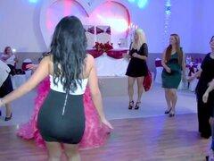 Culo de novias hermana, hermana de la novia bailando con mini falda