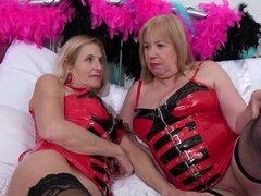 OldNannY Dos Maduras Lesbianas y Látex Juguetes Sexuales