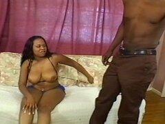 Chica negra con culo grande y tetas curvas sobre