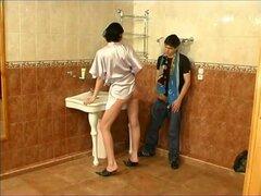 Chico follar mujer madura en el baño-quién es ella