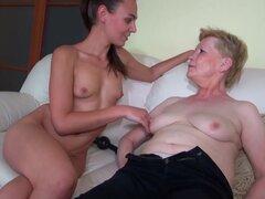 Guapa mujer joven y vieja abuela masturbado