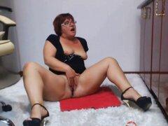 Chica gordita juega con ella por webcam. Chica gordita juega con ella en la webcam