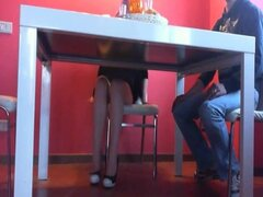 Mamada bajo la mesa