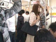 Chica bonita japonesa obtiene coño digitación en un autobús
