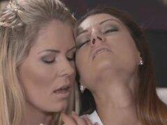 Dos lesbianas coño afeitado follando en la cama, rubia y morenas lesbianas con coños rasurados consiguieron enganchadas en algún coño hermoso y erótico chupando y digitación en la cama hasta orgasmos salvajes
