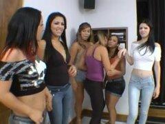 Chicas latinas calientes en acción de besos, un montón de hotties Latina Reúnanse y empezar besándose apasionadamente buscando lugares en el proceso.