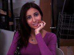 Amateur Latina Jade Jantzen las audiciones para convertirse en estrella porno. Amateur tímida latina Jade Jantzen demuestra para arriba para una entrevista y debe chupar y follar a cámara para convertirse en estrella del porno.