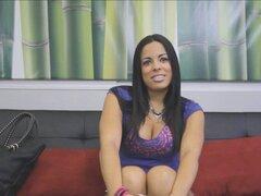Hottie Latina con cuerpo perfecto. Hermosa Latina da la FakeProducer una increíble mamada de garganta profunda durante su audición de casting y traga su corrida
