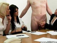 Mirones de oficina ver la acción caliente masturbación con la mano en el trabajo