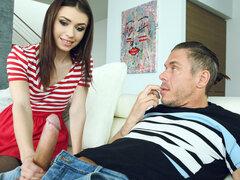 Lucie Cline Mick Blue en lindo y sucio - Pure18, Mick Blue viene a casa y encuentra el teléfono de su hijastra en la cama. Curiosidad de la hija de dieciocho años de edad de su esposa, Mick comienza ojeando algunas fotos traviesas que Lucie ha tenido de s