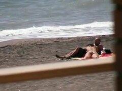 Desnuda culo caliente morena da mamada mano trabajo y en la playa, chica morena desnuda y sexy culo disfruta el sol en la playa y le da vuelta al hombre una buena mamada y masturbación con la mano.