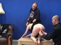 Esclavos de sexo Orall servicio azotes, sexo Orall servicio esclavos para batir a la sumisión delgada morena cabello Fae Corbin gritando de dolor y miedo