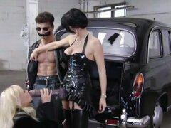 Gángster perras follan un hombre con un strapon, putas alemán hizo un loco sus esclavos. Lo habían atado y strapon follan su culo mientras usa latex fetichismo uniformes en este clip porno retro.