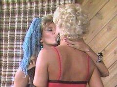 Cara Lott seducido por una chica lesbiana caliente que le encanta coños mojados - Cara Lott