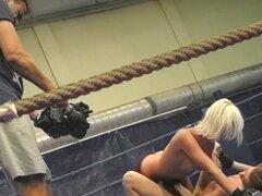 Dique de euro seduce a su rival de lucha libre. Dique de euro seduce a su rival de lucha en el ring de boxeo