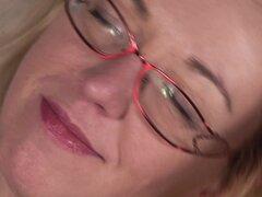 Cachonda mujer Jane M lleva gafas mientras su coño caliente - Jane M.