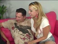 Mujer con el pelo largo en minifalda disfrutando de su coño siendo lamida en el ffm sexo del deslumbramiento
