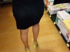 culona en vestido transparente negro
