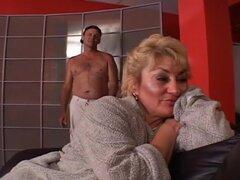 Tetona madura abuela follada en su trasero, este clip se abre con el perno prisionero más viejo Blake Palmer, sentado en el sofá mientras la guarra madura voluptuosa Jessie St James se arrodilla entre sus muslos. Sus ojos están llenos de alegría como ella