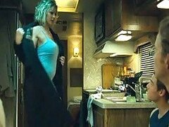 Tricia Bergan Celeb rubia muestra sus jarras grandes y culo caliente en tanga