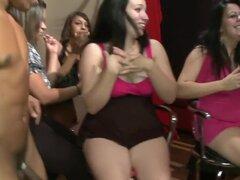 Mujeres cachondas chupan strippers masculinos, las mujeres están locas. No sé realmente qué más decir. Pero después de ver este video estoy convencido. Al llegar a una gran proporción de mujeres cachondas en una sala de strippers masculinos desnudos vs, v