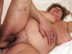 Abuela gorda que Margitta le obtiene coño jugó y follada por detrás