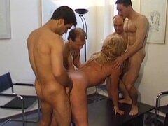 Señora madura Europea es follada en una fiesta de orgía