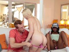 Piel de dos chicas de diferentes colores con el sabor de la dick blanco - Trillium, Sarah Banks, Bill Bailey