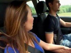 Asiática guarra follando en un coche con su amigo francés guy, guarra asiática cachonda con grandes tetas obtiene recogida por su novio francés. Luego empiezan a follar en el coche en público.