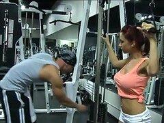 Jovencita preocupada por su cuerpo es follada fuerte por un hombre del gimnasio