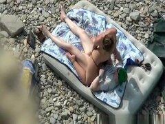 69 y duro follar en la playa, mujer se quita su bikini y sopla pene de su hombre mientras él come su coño en la playa. Después de algo de sexo oral ella monta su polla y se la follan duro en el colchón de aire hasta que corre sobre su vientre.