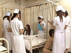 Las enfermeras japonesas tienen sexo loco, traviesas enfermeras japonesas están haciendo las rondas de sus pacientes. Tienen uno que les interesa más que nada porque es un chico caliente. Un par de enfermeras muestran su lencería hot y sus grandes tetas m