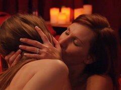 Swingers intercambian de socios y masiva orgía en la habitación de Playboy. Grupo de parejas casadas que aman que hacen pivotar, socios de intercambio y disfrutar de sexo en grupo masivo dentro de sala de Playboy
