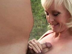 Curvy abuelita le encanta el sexo anal al aire libre