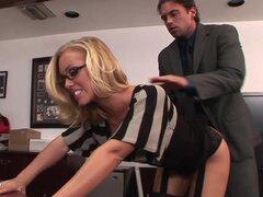 Guarra Secretaria rubia consigue clavada duro en la oficina