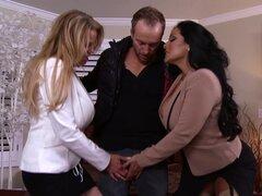 Dos chicas atrevidas con grandes tetas compartiendo una polla en un trío tórrida - Kiara Mia, Kelly Madison, Ryan Madison