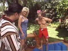 Exótica pornstar en escena de sexo de trios maduros, fabuloso. Mientras que al aire libre en su patio trasero, esta preciosa rubia MILF pelo podrá disfrutar de un hardcore, trío MMF, donde un hombre apriete sus knockers masivas, mientras que ella está dan