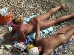 Erección es ignorada en la playa, mujer caliente estaba acostado en la playa y ella estaba leyendo algo, mientras que su marido era cacheo por su crack de culo como él perdido algo allí. Él consiguió una erección salvaje de tocar tal perfección pero ella