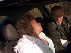 Margarette chupa una polla en un coche y obtiene su culo follada duro