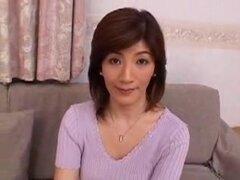 Madre japonesa toma joven primera vez, japonesa madura es follada por joven primera vez