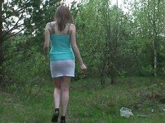 Oxana amateur y sucio muy quiere orinar en el bosque