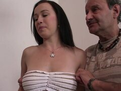Amigo de marido golpea a su esposa caliente